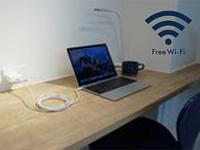 学生も多いことからカウンター席を設けました。コンセント、フリーWi-Fiも完備しております。